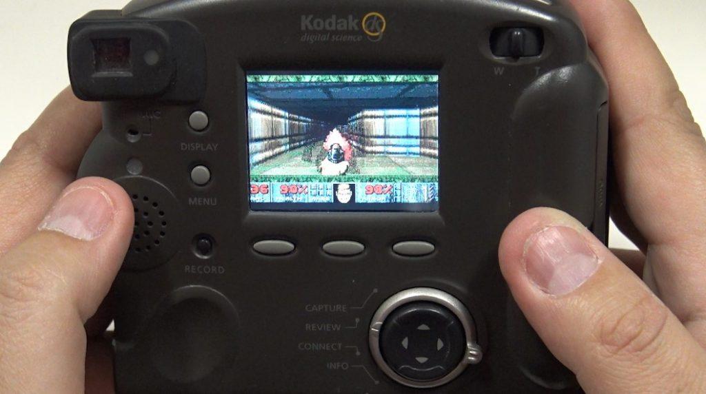 Jugar al DOOM en una cámara de fotos es posible.